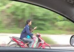 La scena ripresa da un automobilista su una strada in Thailandia