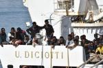 Tagliano il dito a un bimbo per avere i soldi, i drammatici racconti dei profughi della Diciotti