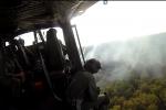 A bordo dell'elicottero dell'Aeronautica che spegne gli incendi - Immagini esclusive