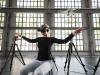 Un momento dellesperimento che ha individuato i più semplici movimenti del busto in grado di controllare il volo di un drone (fonte: EPFL)