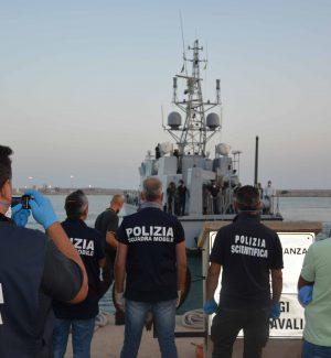 I fermi della polizia di Ragusa al porto di Pozzallo
