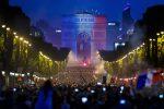 Mondiali, tifosi della Francia in delirio: marea umana sugli Champs-Elysées