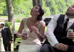 Gli sposi si siedono sotto un albero, dramma sfiorato