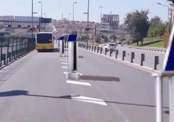 La turbina in mezzo alle corsie che genera elettricità pulita dal traffico