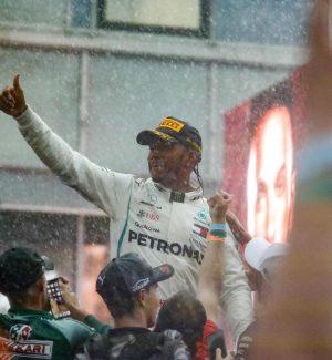 F1, Delusione Vettel: fuori mentre è in testa, vince Hamilton con super rimonta