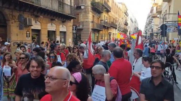 """Migranti, le magliette rosse sfilano per le vie del centro a Palermo: """"Porti aperti"""""""