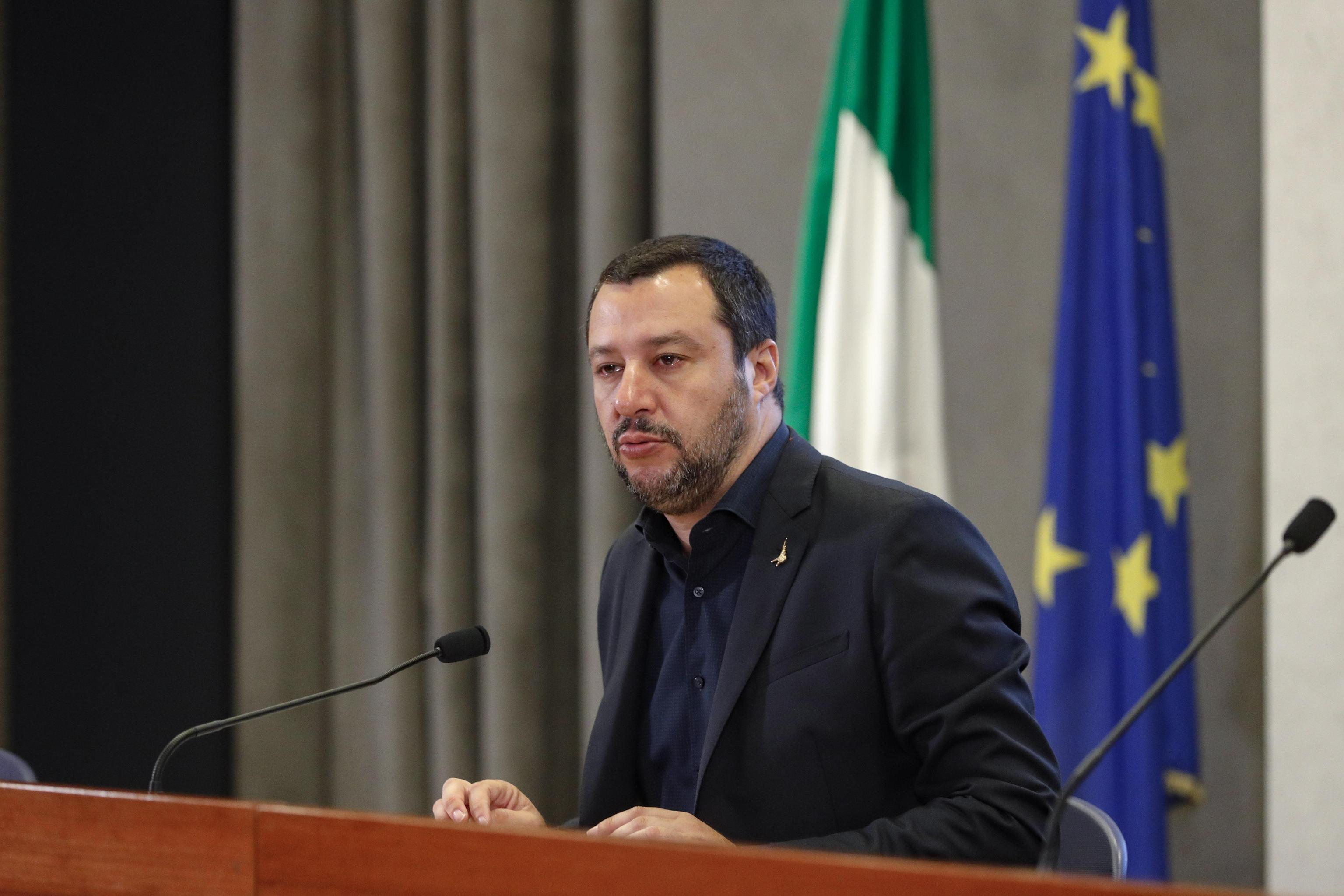 Sbarcano in 106 al porto di Messina Salvini: