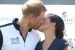 Meghan e Harry rompono il protocollo reale: bacio in pubblico alla premiazione del torneo di polo