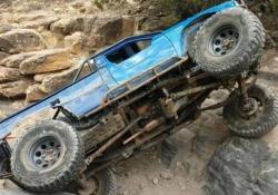 L'auto off road cavalca un impervio sentiero in Colorado