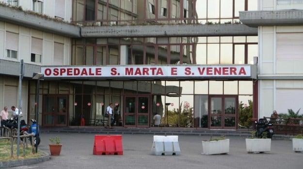 aggressione medici ospedale, medico aggredito ospedale acireale, Catania, Cronaca