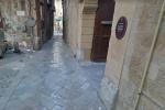 Artista inglese trovato in una pozza di sangue: giallo a Palermo, interrogate due ragazze