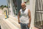 Castelvetrano, getta del pane davanti alla sede del Comune: la protesta di un panificatore
