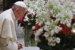 Papa Francesco in preghiera sulla tomba di San Nicola, a Bari