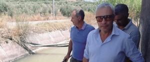 Dino La Delfa in primo piano con altri due produttori a Ponte Barca, l'unico invaso che dispone di acqua (Foto Caruso)