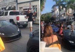 La scena (molto imbarazzante per il proprietario della supercar) durante un raduno in Florida