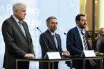 Il ministro dell'interno Matteo Salvini con l'omologo austriaco Herbert Kickl (C) e tedesco Horst Seehofer (S)