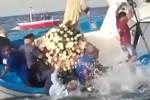 Roccalumera, la barca si inclina durante la processione e il sindaco cade in mare: il video