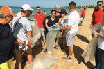 Volontari in azione sulle spiagge di Menfi (Foto di Giuseppe Pantano)