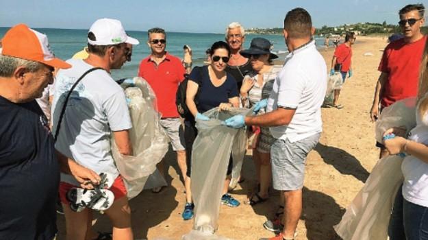 pulizia spiaggia menfi, Agrigento, Cronaca