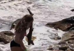 Ali Twachtaman protagonista su una spiaggia del Rhode Island: il padre la riprende in un video