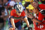 Tour a rischio per Nibali, cade poco prima del traguardo: si teme frattura vertebrale
