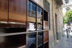 Palermo, quando il marciapiede del centro diventa un deposito di mobili... in vendita