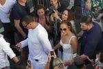 Jennifer Lopez in giro per le strade di Capri, le foto della vacanza col compagno Alexander