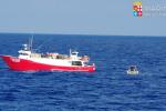 Marinaio ferito, nave della Marina Militare in aiuto a motopesca siracusano: le foto