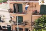 Operaio in bilico tra due balconi per montare un condizionatore: azienda multata a Palermo