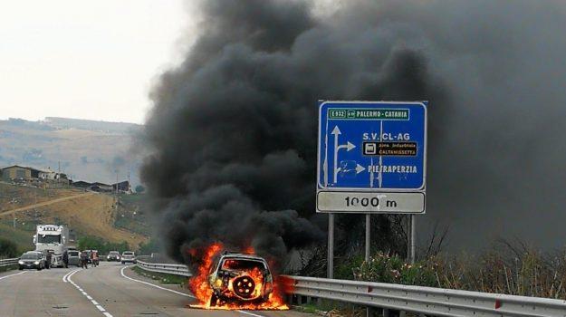auto in fiamme caltanissetta, Caltanissetta, Cronaca