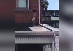 A tre anni il bambino è uscito dalla finestra ed è rimasto bloccato sul tetto