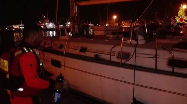 Nubifragio a Milazzo, barca a vela finisce contro gli scogli