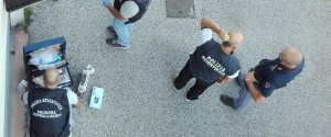 Artificieri e uomini della polizia scientifica impegnati nei rilievi sulla scala esterna alla sede della Lega a Treviso dove è esplosa una bomba carta