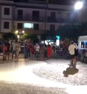 Ferragosto a Capo d'Orlando, il maltempo non scoraggia: folla di turisti tra le vie del centro