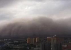 Una gigantesca tempesta di sabbia ha investito la città di Golmud, in Cina
