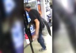 Il video mostra l'uomo che porta un alligatore in un negozio a Jacksonville, in Florida