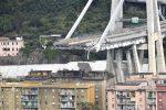 """Crolla tratto del ponte Morandi sull'A10 Genova-Savona: """"Persone e auto sotto le macerie, decine di vittime"""""""