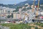 Crollo di Genova, recuperata l'auto con un'intera famiglia: vittime ora a 41. Oggi i funerali di Stato