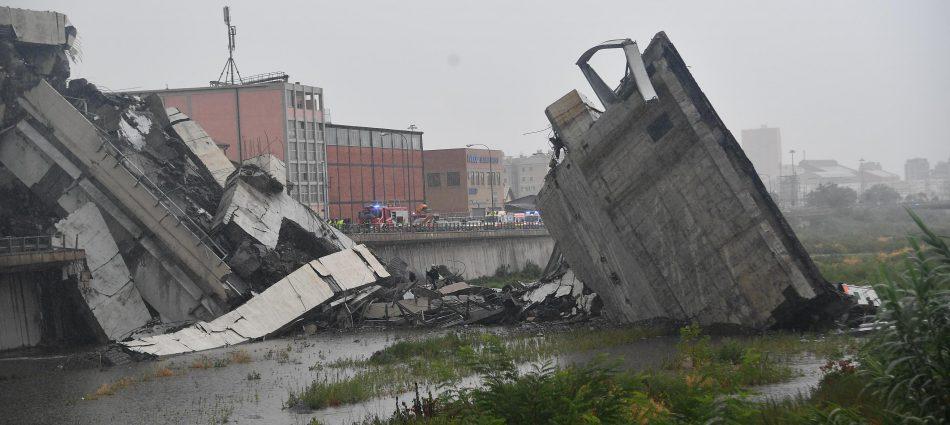 Il ponte Morandi parzialmente crollato a Genova