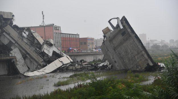 Le immagini del crollo di un tratto del ponte Morandi, a Genova