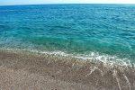 Escrementi in mare a Fondachello, i cittadini protestano su Facebook
