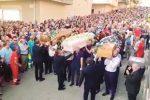 Mussomeli, folla commossa ai funerali della famiglia morta nell'incidente