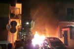 Auto in fiamme durante il concerto dei Tinturia, paura a Solarino