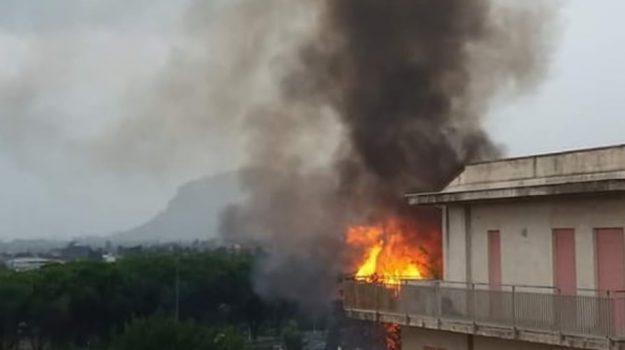 fulmine provoca incendio, incendio villabate, Palermo, Cronaca