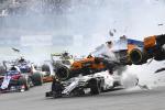 """Spettacolare incidente al via del gran premio del Belgio: Alonso """"vola"""" sull'auto di Leclerc"""