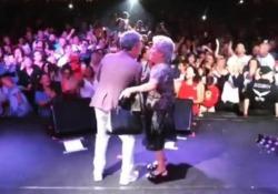 Il cantante toscano improvvisa con la madre