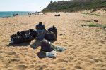 Rifiuti abbandonati in spiaggia a Selinunte (Foto Capizzi)
