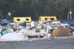 Cassonetti come discariche a Palermo, anche davanti alla scuola: le immagini dalla zona di via Paruta