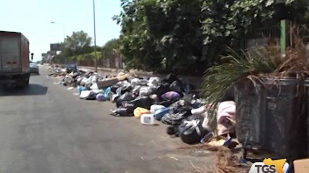 Palermo, viale Regione invasa dai rifiuti