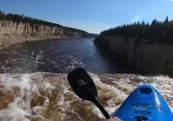 In questo video il kayaker tedesco Adrian Mattern, 23 anni, registra con una videocamera il salto in una cascata in Canada